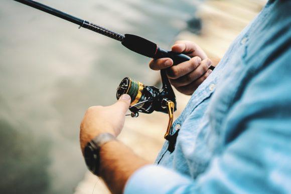 uomo che pesca