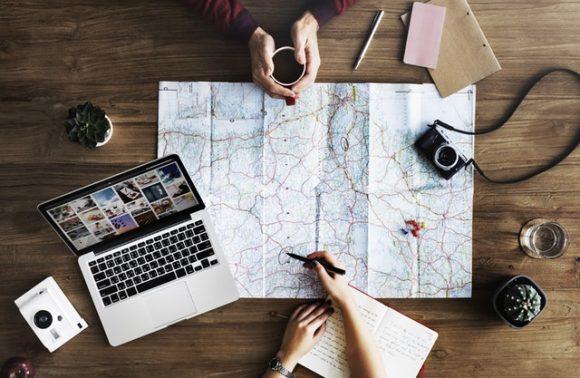 viaggiatori che programmano il viaggio senza OTA